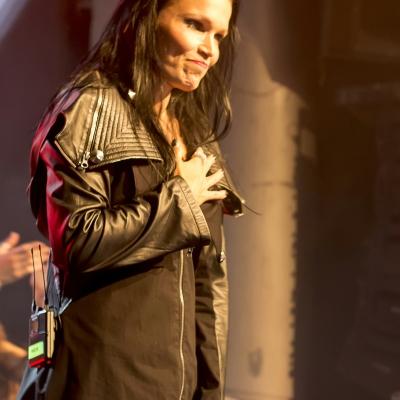 Despedida de Tarja agradeciendo a su público su devoción.